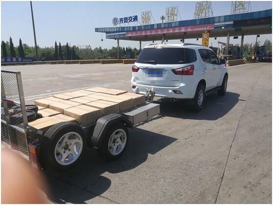 """淄博:越野车""""整容""""上高速 带挂车总重超1吨"""