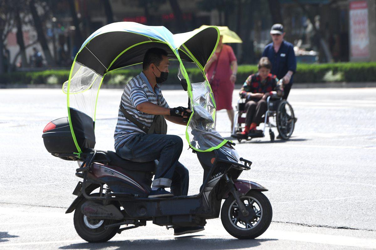 """37℃高温来袭! 济南市民搭最强""""装备""""出行"""