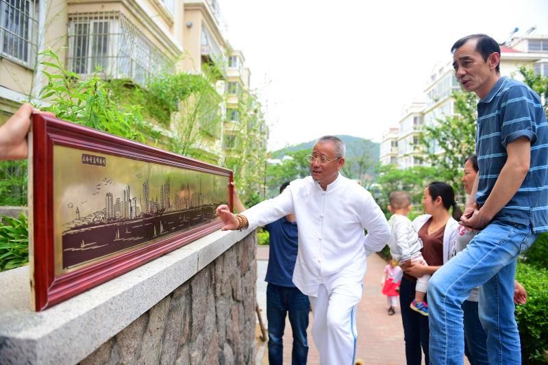 青岛市民雕刻2米长铜版画作品 喜迎上合组织峰会