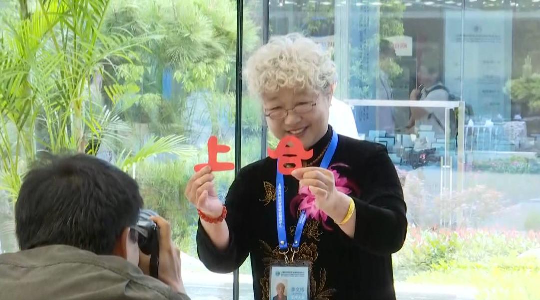 40秒丨上合峰会新闻中心迎来首批记者 非遗传承人现场展演