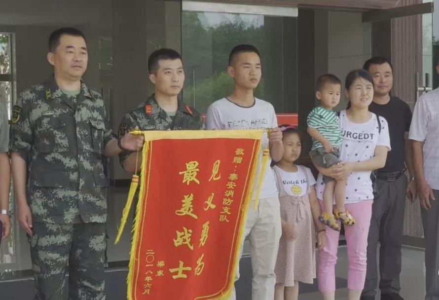 7岁女童抱2岁弟弟坠井 探亲士兵救人后默默离开