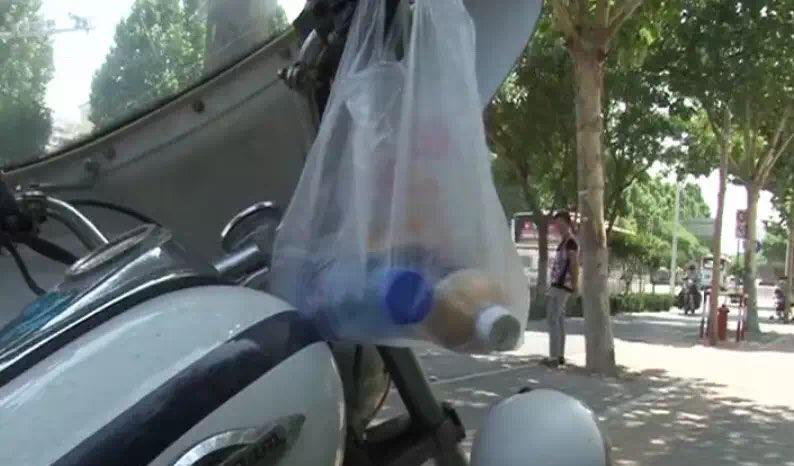 暖心!淄博街头执勤交警收到匿名礼物 还夹有字条