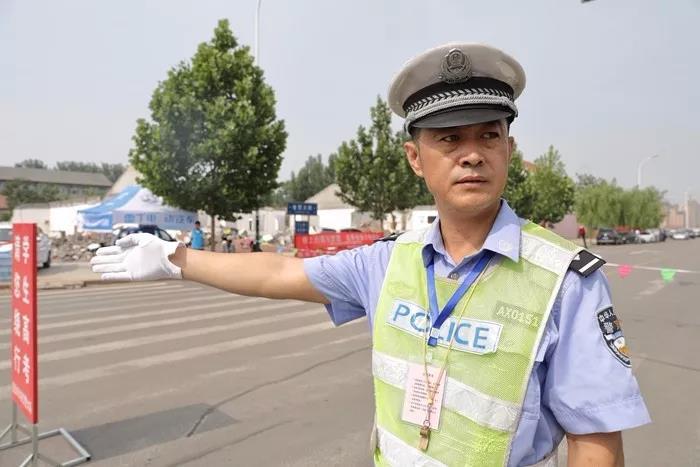 """""""你拼搏,我守护!""""潍坊公安干警为考生保驾护航(组图)"""