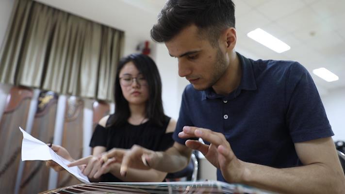 120秒|塔吉克斯坦留学生偏爱弹古筝 称青岛工作机会多毕业想留下