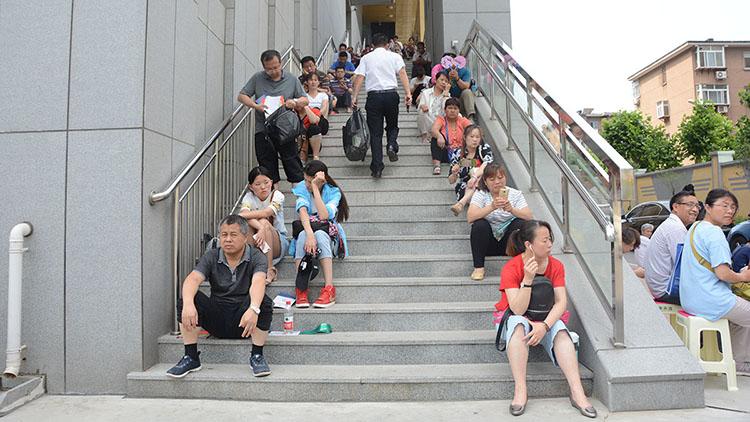 直击高考现场:考场外有一种等待叫父母 盼子凯旋