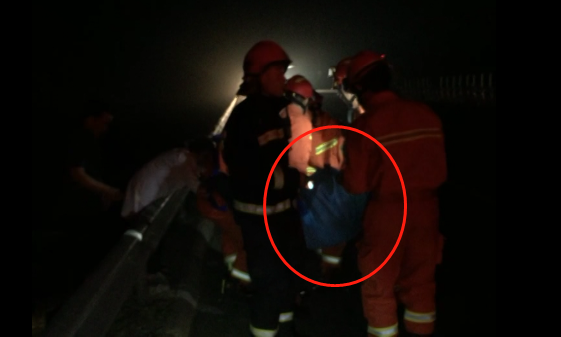 醉酒男子深夜不慎坠落高速桥底 消防40分钟成功营救