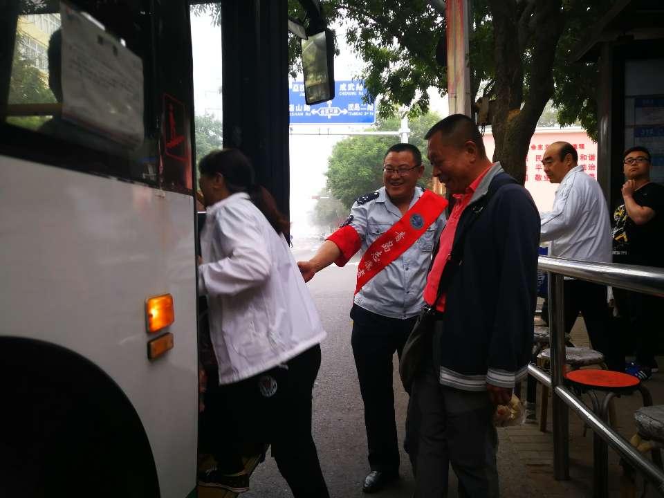 """公交""""夫妻档""""当起上合峰会志愿者:这才是最美的邂逅"""