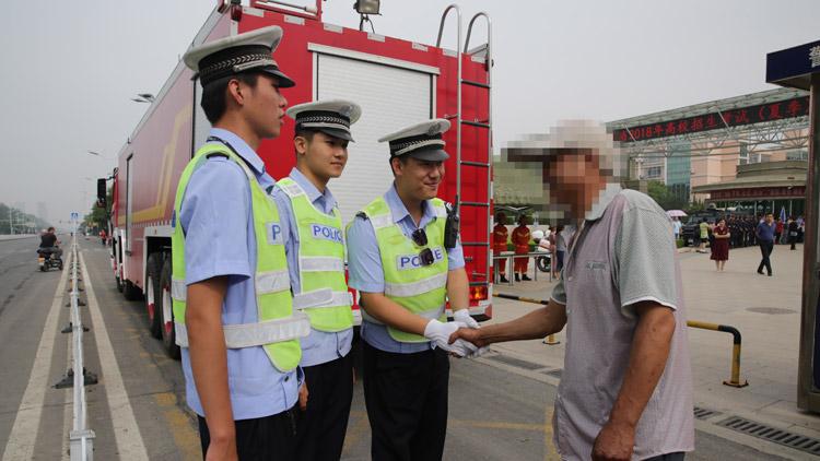 24秒丨一考生忘带身份证 滨州经济开发区骑警助其赶考