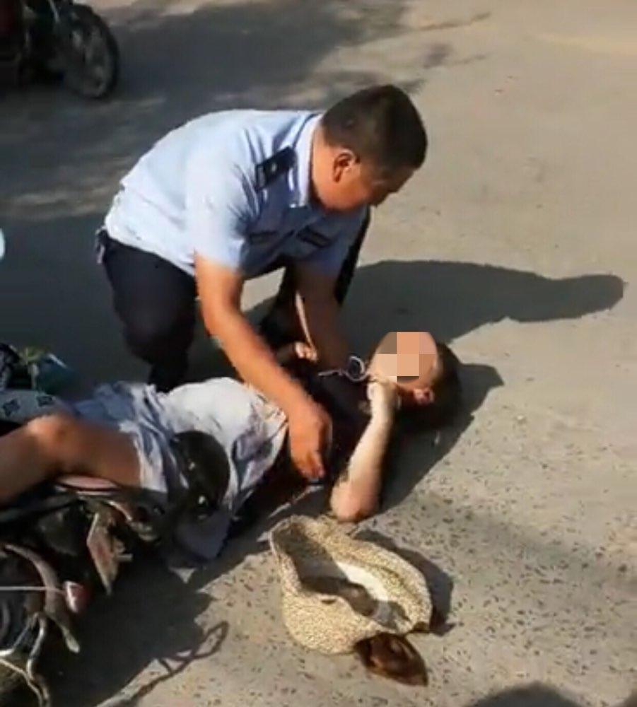 """淄博一女孩遇车祸昏迷 民警自称""""爸爸""""跪地救护"""