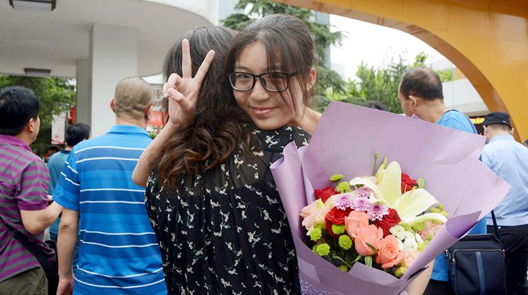 鲜花、微笑、合影,2018高考落幕!家长们给孩子献花拥抱