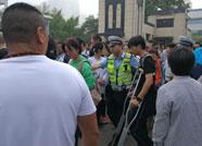 潍坊考生脚部受伤严重走路吃力 执勤交警背上五楼直达考场