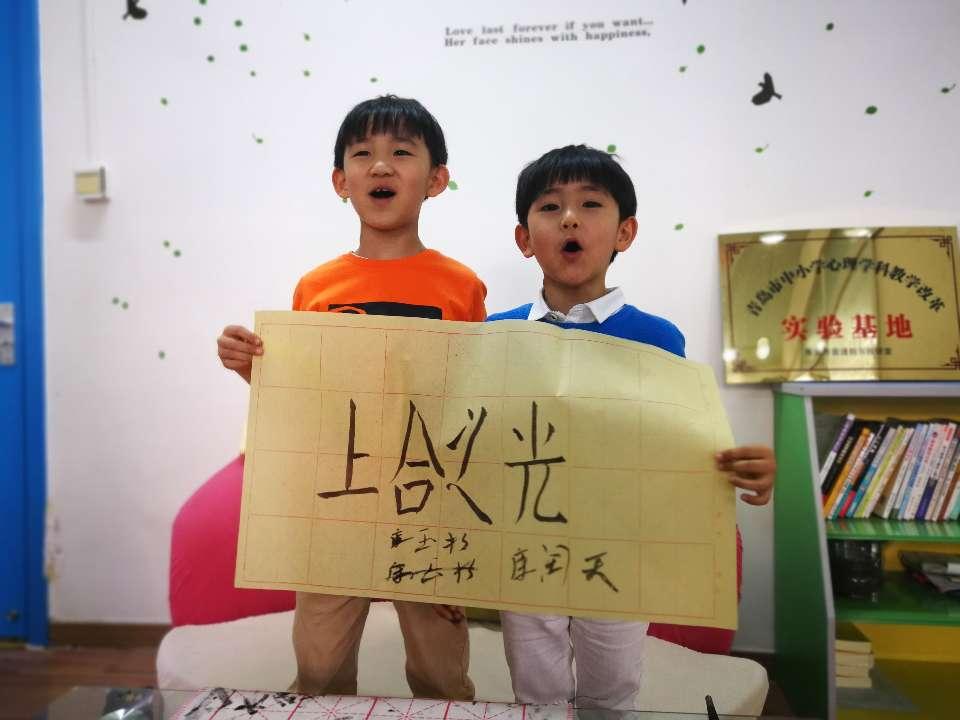 青青之岛 和合上合:小哥俩登台演出 孩子母亲:感到荣幸骄傲