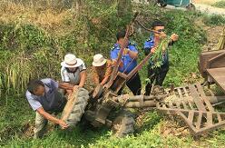 临沂:村民拖拉机翻沟内 城管队员和村民合力助其脱困