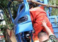 大货车不慎撞树上,泰安消防战士三分钟救出被困驾驶员
