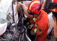 越野车连撞两半挂车 潍坊消防紧急救援被困驾驶员