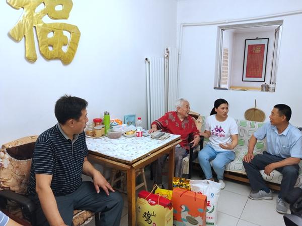 端午前夕 多部门联合走访济南七里山街道辖区长寿老人