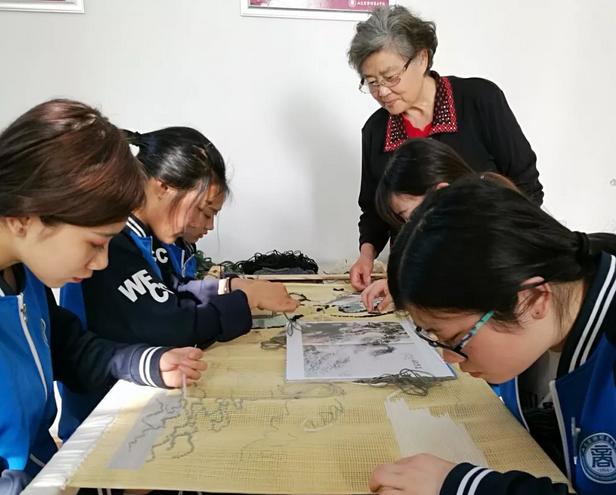 潍坊刺绣艺术走进校园 传承人定期进校园现场教学