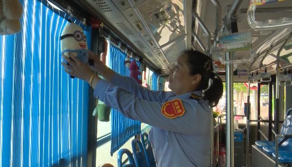 萌!小黄人、维尼熊抬眼可见!这位女公交司机有创意