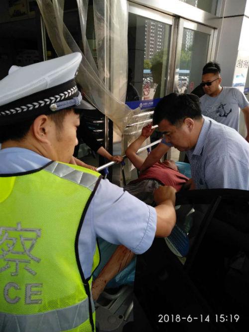 日照高速交警开道护送重伤患者车辆 为病人争取抢救时间