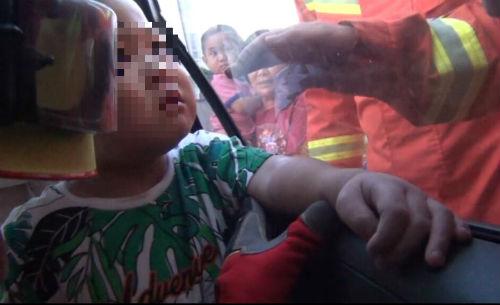 危险!日照4岁男童手臂被卡入车窗槽缝隙