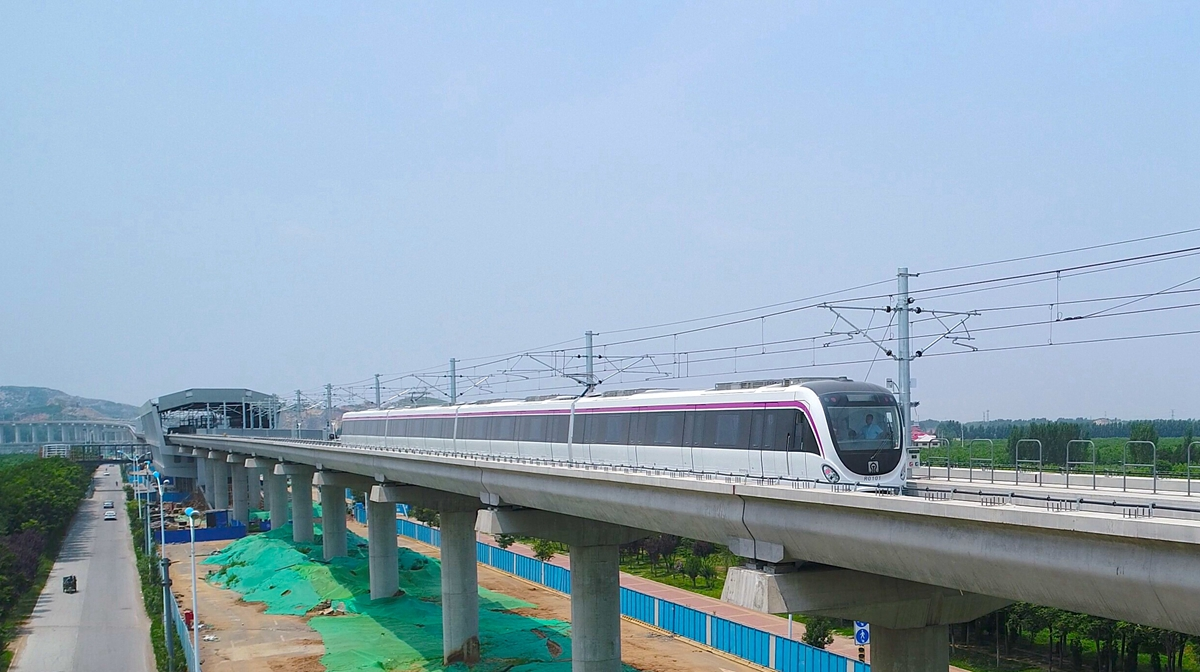 """60秒丨济南首列地铁车驶上R1线高架段区间完成""""热滑"""""""
