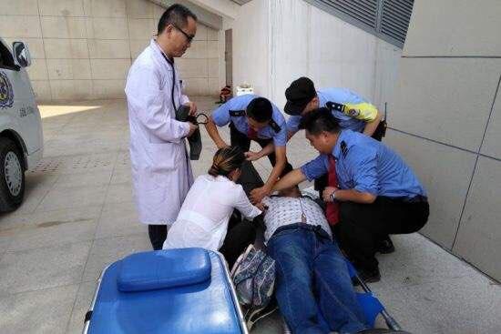 淄博:一男子火车站天桥突发疾病 警民联手紧急送医