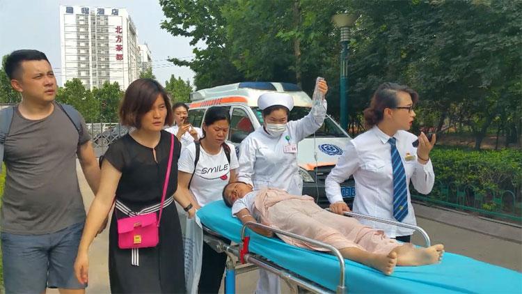 潍坊7岁男孩急需转院却买不到票 火车站值班员助其上车