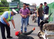 沾化一老人骑电动车被刮掉两根手指 交警协助送医院救治