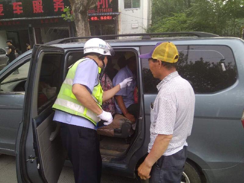 消除事故隐患 淄博张店交警严查超员面包车