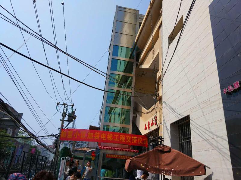 青岛首个老旧小区加装电梯投入使用  居民刷卡乘坐