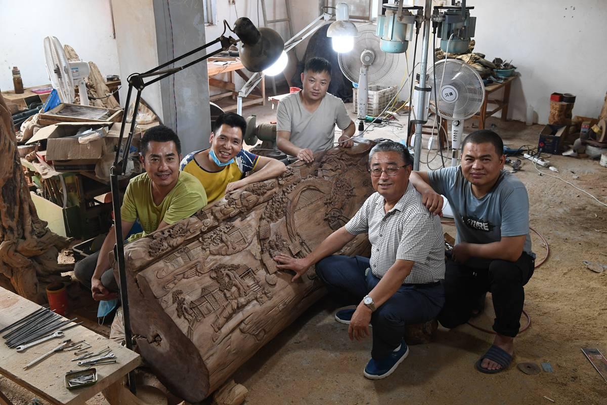 济南老人痴迷木雕艺术 雕刻立体清明上河图