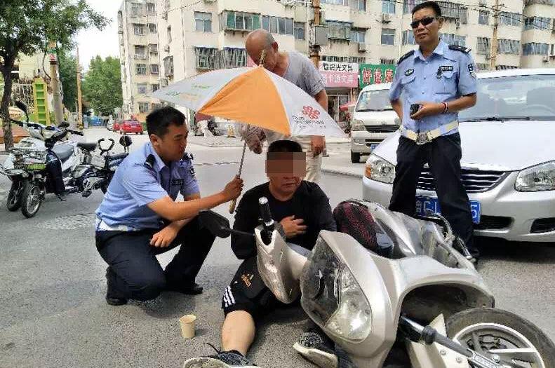"""淄博:""""心脏搭桥""""术后老人被撞倒 交警撑伞送药忙救护"""