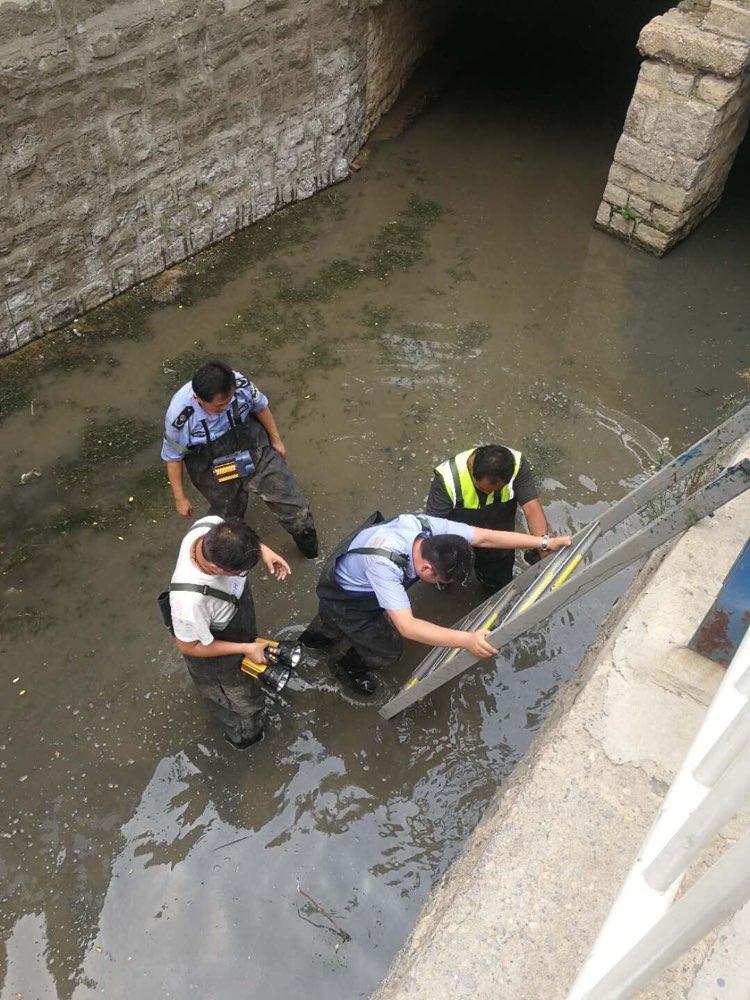 济南槐荫环保人的假期:下水道爬行500米寻找排污口