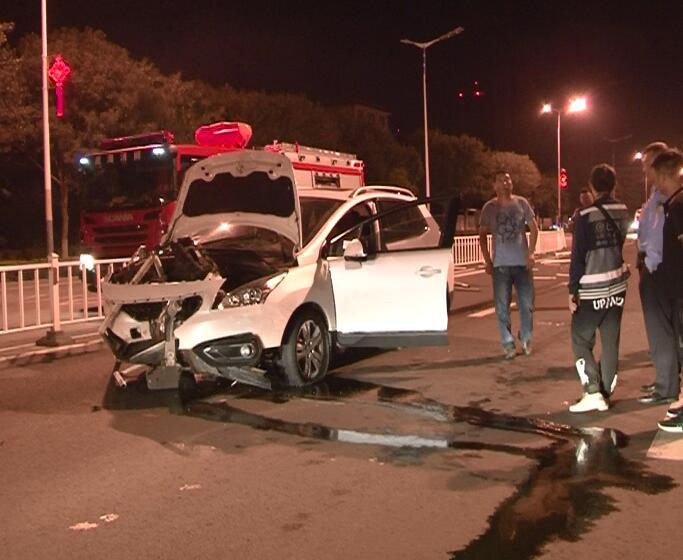 越野车撞护栏司机被困 威海消防成功救出