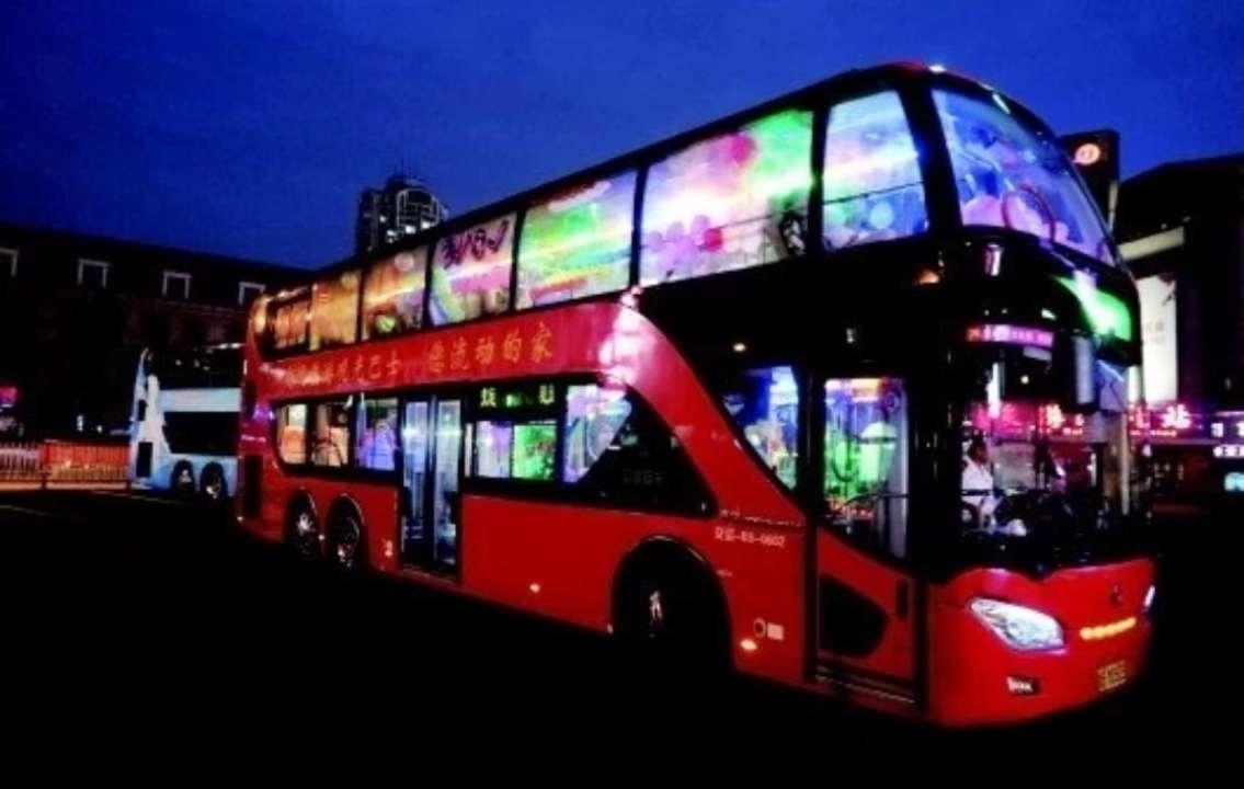 """青岛旅游观光巴士""""红色夜景线""""今起调整发车班次"""