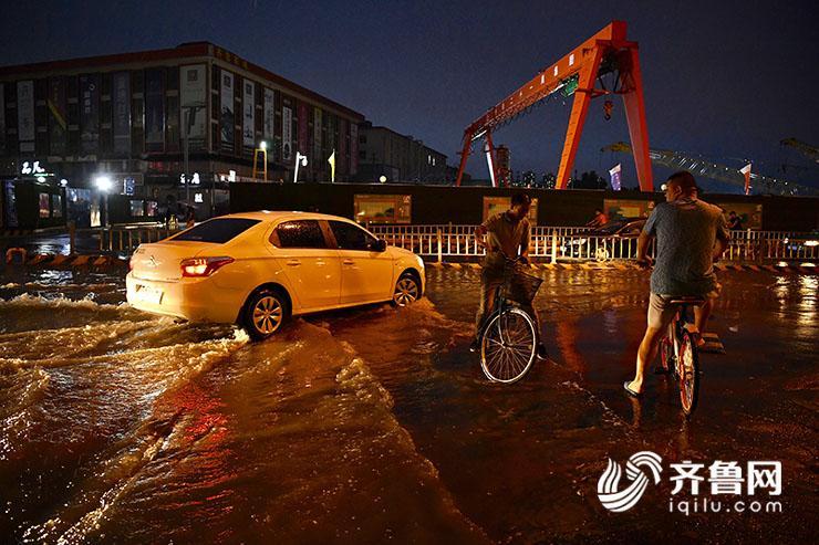 """北京赛车买号方法如下:济南正式进入雨季_市民马路上演""""水上漂"""""""