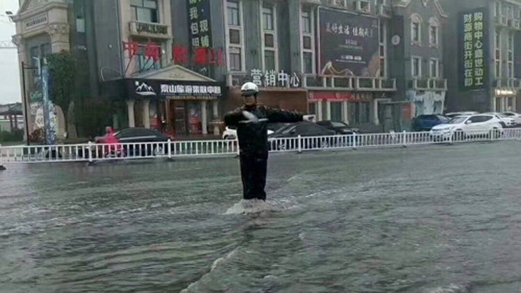 38秒丨 泰安强降雨引发道路积水,下午中小学停课