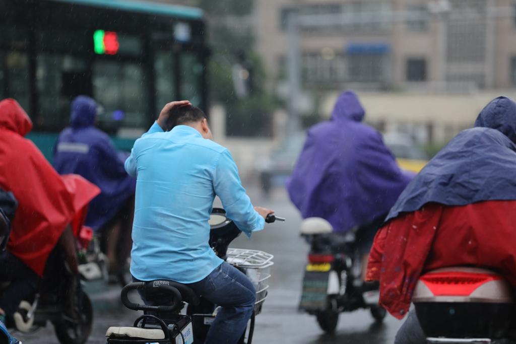 济南今日迎来降雨 下班路上骑行者们风雨无阻