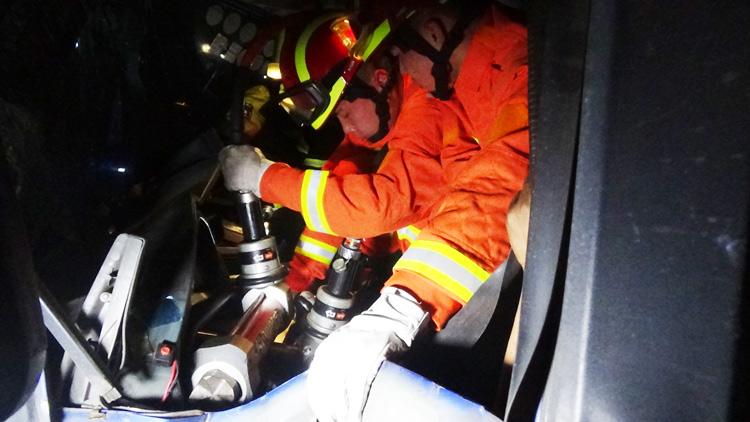 89秒丨S103省道三车相撞  新泰消防破拆救出被困驾驶员