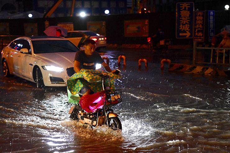 """强降雨来啦!济南正式进入雨季 市民马路上演""""水上漂"""""""