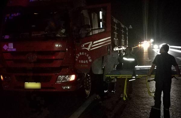 淄博:司机发病外地货车迫停路中央 收费站员工紧急救人