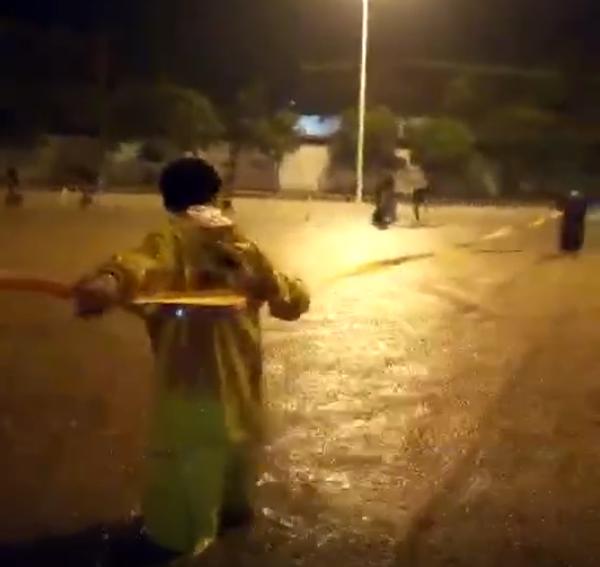 """淄博博山民间救援队4小时冒雨""""救助""""100余台汽车"""