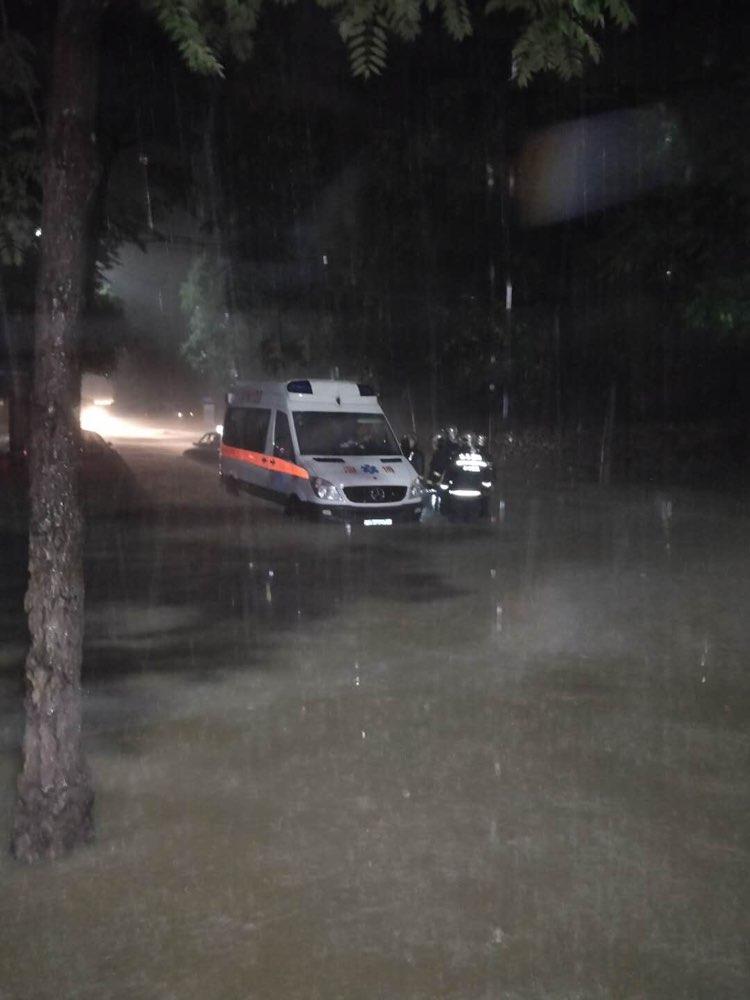 淄博:暴雨致救护车被困 消防紧急救援