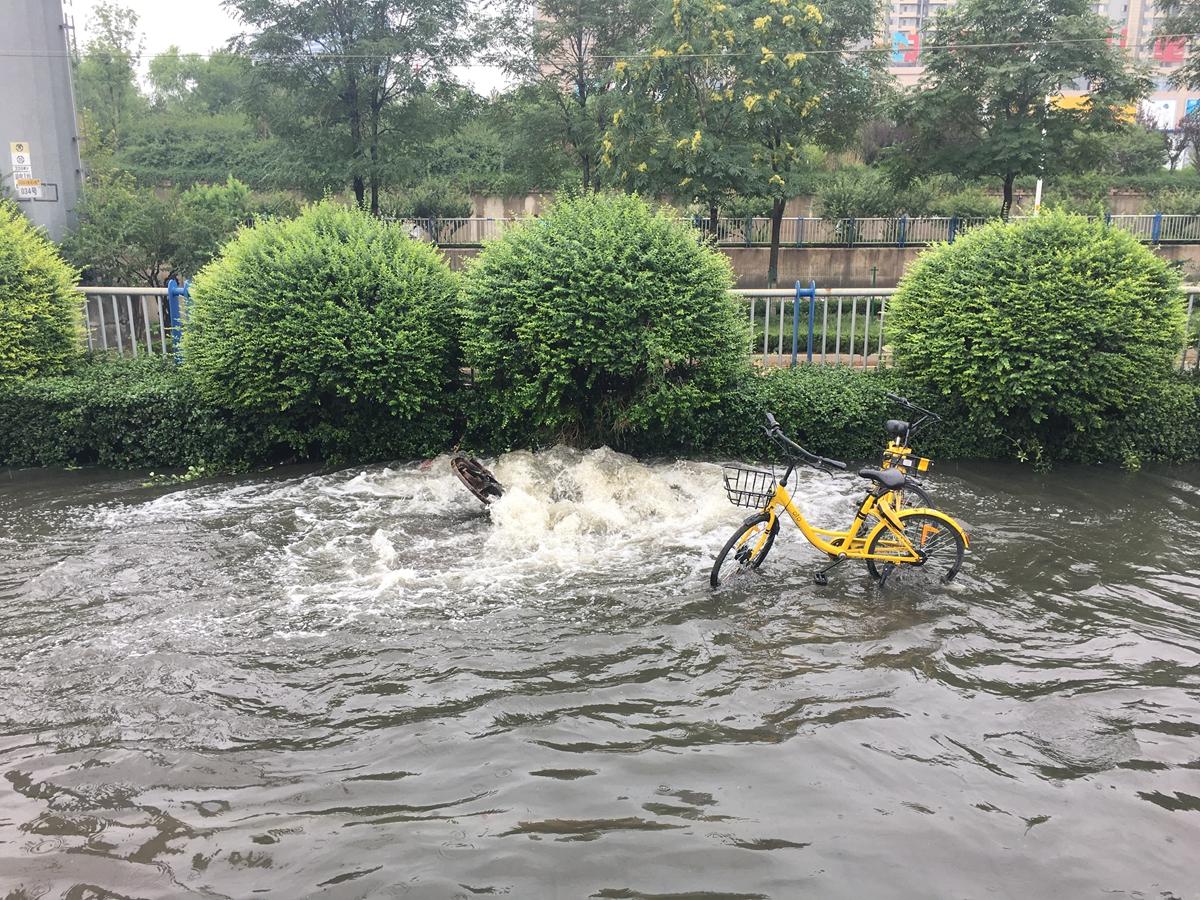 济南清河北路铁路桥积水严重 道路封闭通行受阻