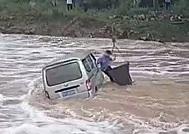 雨天路滑临朐一面包车坠河 吊车救援一小时救出被困司机