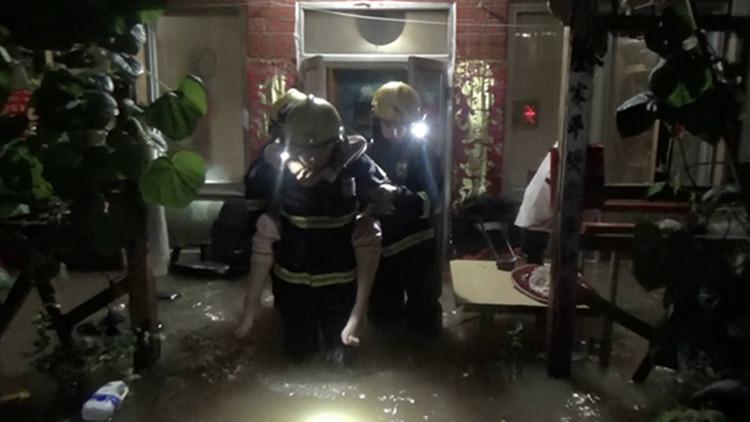 救人、推车...123秒视频带你直击济南雨夜暖心现场