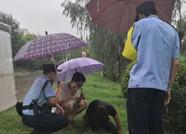 两名醉酒男子雨中酣睡 惠民公安民警冒雨救助