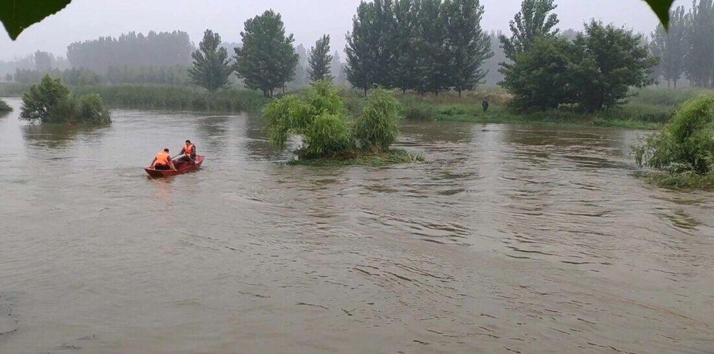 沂源一男子钓鱼被困河中孤岛 消防官兵紧急救援