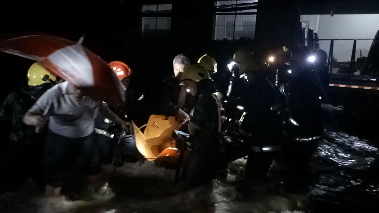 58秒|又是他们,水深3米救出22人 还在废墟里...