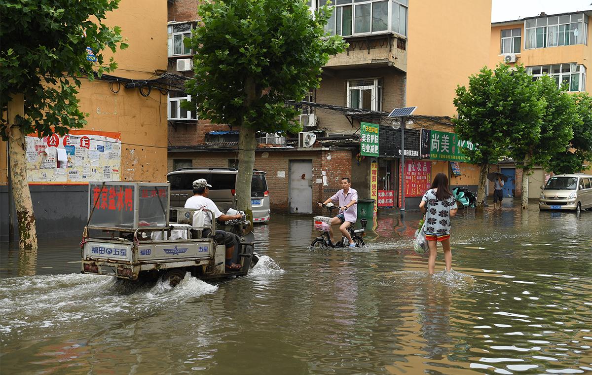 """济南遭遇持续强降雨积水严重 低洼社区变""""泽国"""""""